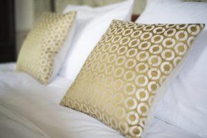 Chambre Sicarie Bed & Breakfast Chateau des Chauvaux Dordogne Chambres d'Hôtes bed kussens