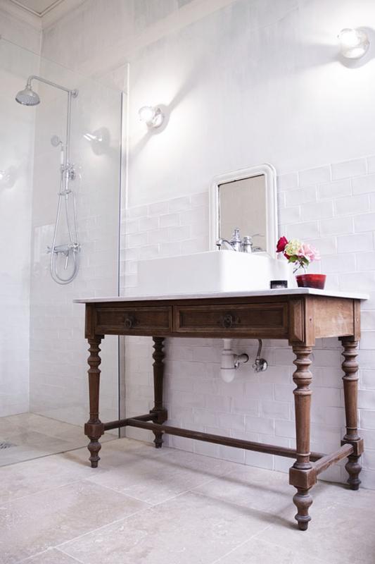Chambre Sicarie Bed & Breakfast Chateau des Chauvaux Dordogne Chambres d'Hôtes badkamer douche wastafel