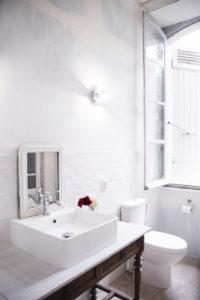 Chambre Sicarie Bed & Breakfast Chateau des Chauvaux Dordogne Chambres d'Hôtes badkamer wastafel en toilet