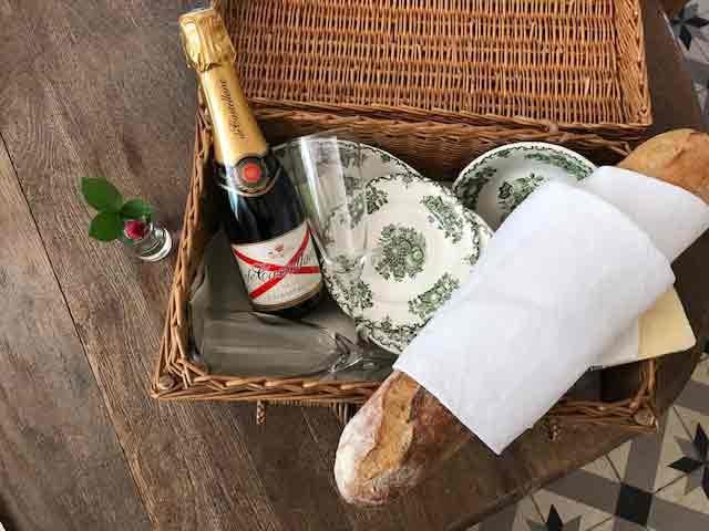 Chateau des Chauvaux table d'hôtes picknicken in de natuur frankrijk dordogne kasteel hotel bed & breakfast frankrijk chambre blanche
