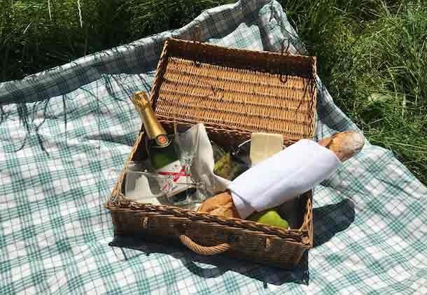 Chateau des Chauvaux table d'hôtes picknicken in de dordogne dordogne kasteel hotel bed & breakfast frankrijk chambre blanche