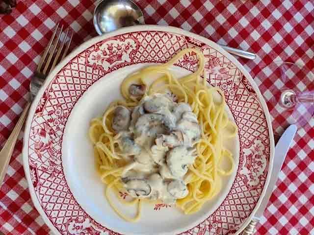 Chateau des Chauvaux table d'hôtes spaghetti champignon dordogne kasteel hotel bed & breakfast frankrijk chambre blanche
