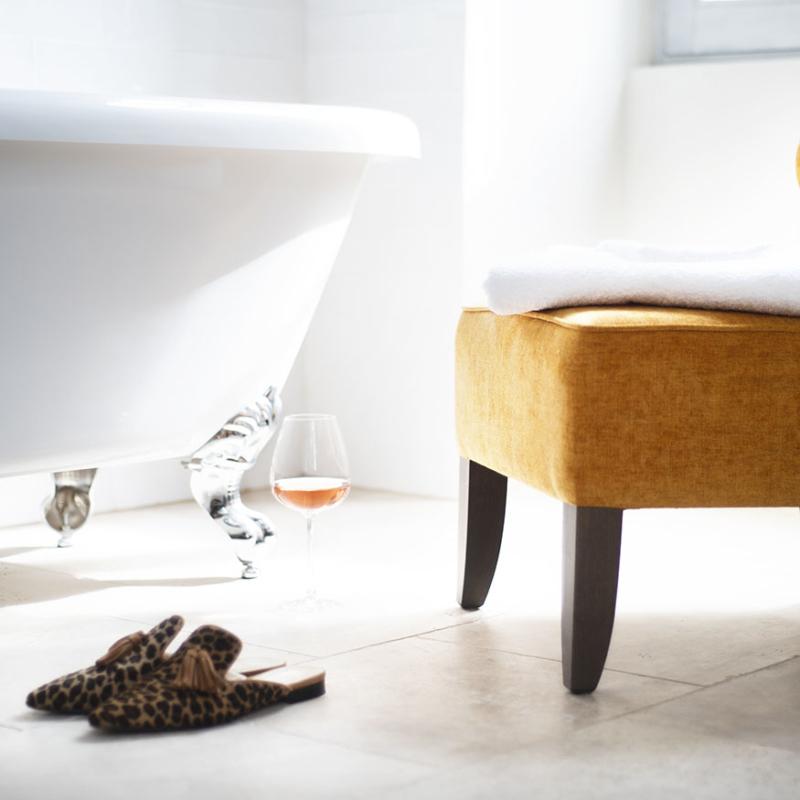Badkamer Chambre Blanche bad en stoel heerlijke wijn